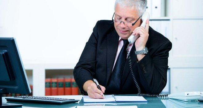 юрист отвечает на телефонный звонок