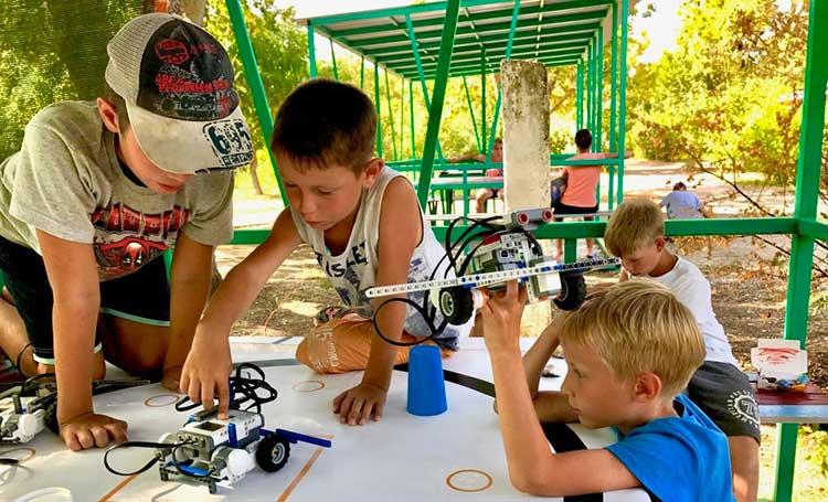 дети в образовательном лагере